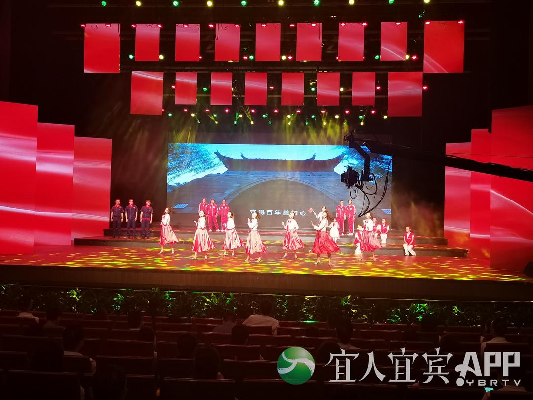 活动现场正在表演舞蹈。记者 杨万洪摄.jpg
